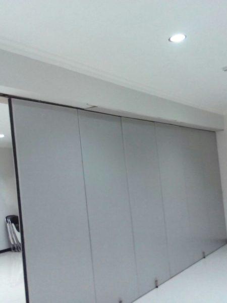 Pengerjaan kusen alumunium, jendela, pintu dan pintu lipat Ruang meeting di RS Semen Gresik